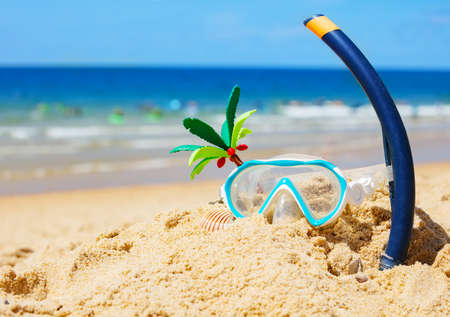 Scuba mask, tube on sand of sea beach with waves Zdjęcie Seryjne