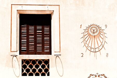 reloj de sol: Un reloj de sol se hundió en una pared de la casa en Sitges