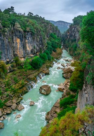 Turkusowy krajobraz rzeki Koprucay z Parku Narodowego Kanionu Koprulu w Manavgat, Antalya, Turcja.