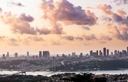 Istanbul Bosphorus Bridge at sunset. City view and cloudy sky. Stockfoto