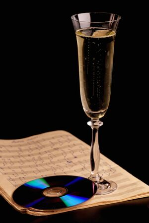 coupe de champagne: Un verre de champagne sur le noir Banque d'images