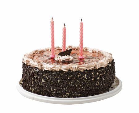 pasteles de cumplea�os: pastel y tres velas aisladas sobre un fondo blanco
