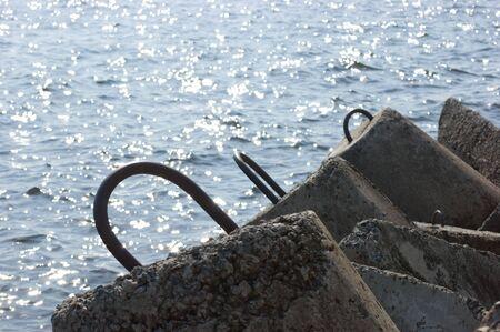 bloque de hormigon: bloque de hormig�n en la playa