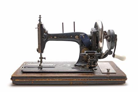 máquina de coser: Antigua máquina de coser aislado en un fondo blanco