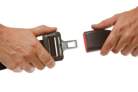 cinturon seguridad: manos bot�n aislado en un fondo blanco de cintur�n de seguridad