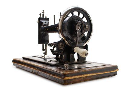 maquina de coser: Antigua m�quina de coser aislado en un fondo blanco
