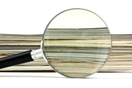 pile papier: loupe et une pile de magazines Banque d'images