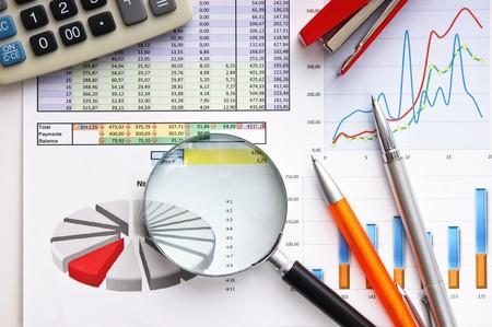 financial leadership: l�piz, lupa y el documento de trabajo con un diagrama