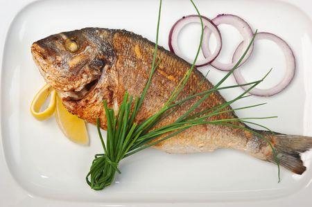 plato de pescado: plato de pescado frito con cebollas aisladas sobre fondo blanco
