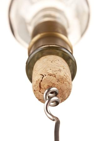 cork: corcho helicoidales tirando de la botella aislada en un fondo blanco  Foto de archivo