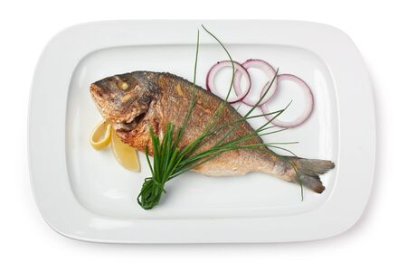 gerecht van gebakken vis met uien geïsoleerd op een witte achtergrond