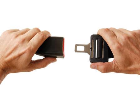 cinturon seguridad: manos bot�n cintur�n de seguridad aislado en un fondo blanco