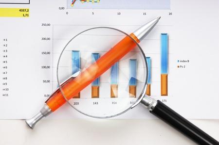 financial leadership: bol?afo, lupa y el documento de trabajo con un diagrama