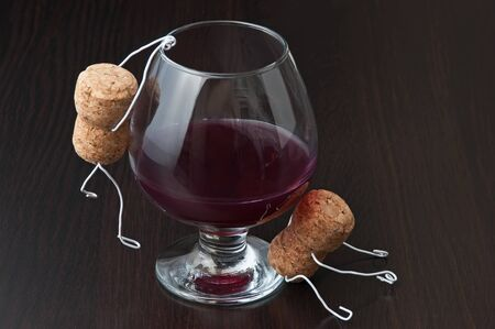 joking: Figures from wine corks and a glass of wine