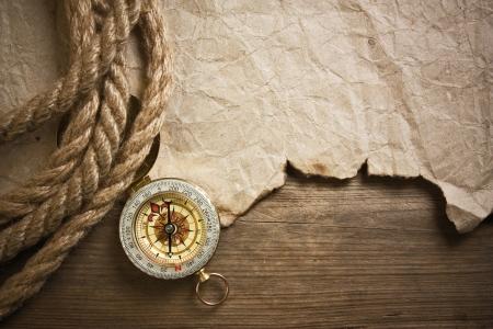 kompas, oud papier en touw, stilleven Stockfoto