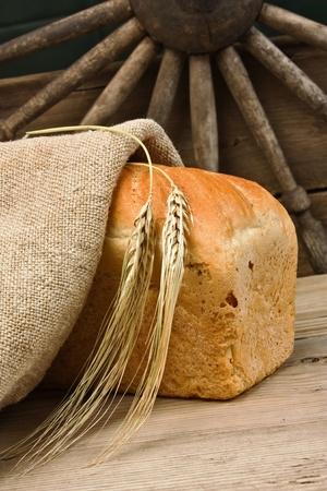bolsa de pan: pan en la mesa de madera