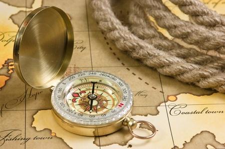 boussole et corde sur une carte