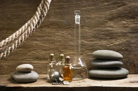 alquimia: Frascos de aceites de perfume en el antiguo laboratorio de fragancia