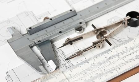 strumenti di ingegneria su un disegno tecnico