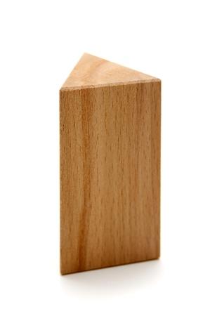 prisma: formas geométricas de madera prisma triangular aislado en un fondo blanco Foto de archivo