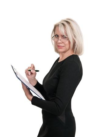 Portret van een volwassen business vrouw met documenten in de hand geïsoleerd op witte achtergrond Stockfoto