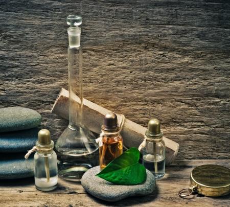 alquimia: Los frascos de aceites de perfume en el laboratorio de fragancia viejo