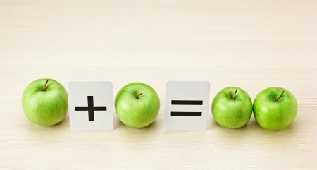 School-kaart en appel met wiskundige problemen op de tafel