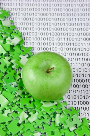 groene appel en puzzels op een binaire code