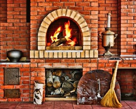 Russische interieur keuken met een oven en een brandend vuur Stockfoto