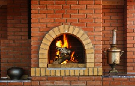 Russische keuken met een oven en een brandend vuur