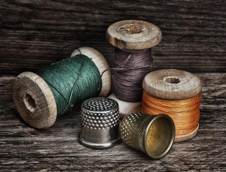 sew: todav�a la vida de carretes de hilo sobre un fondo de madera Foto de archivo