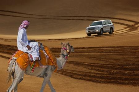 Bedouin op een kameel in de woestijn en Jeep safari in de duinen