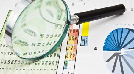 Vergrootglas en het werkdocument met een diagram Stockfoto