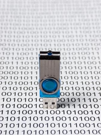 virus informatico: USB flash drive en el fondo de un código binario