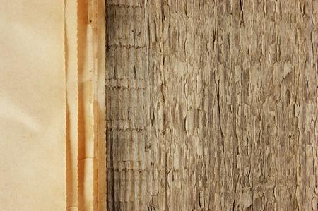 oude krant: rand van de oude krant op een houten achtergrond Stockfoto