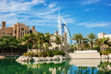 """DUBAI, Verenigde Arabische Emiraten - NOVEMBER 15: Een algemeen beeld van 's werelds eerste zeven sterren luxe hotel Burj Al Arab """"Toren van de Arabieren"""", ook bekend als """"Arabische Sail"""" op 15 november 2012 in Dubai, Verenigde Arabische Emiraten"""
