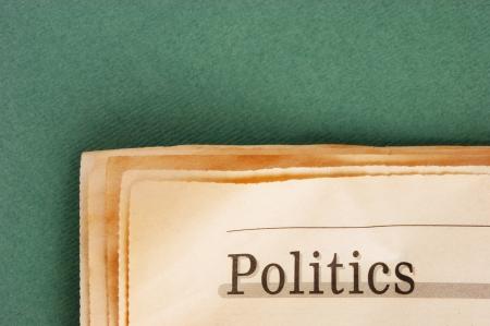 oude krant: oude krant op een groene achtergrond
