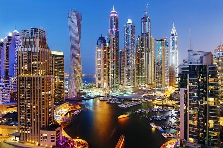 DUBAI, Verenigde Arabische Emiraten - 2 november: Dubai Marina in de schemering van de top, op 2 november 2013, Dubai, Verenigde Arabische Emiraten. In de stad van kunstmatige kanaal lengte van 3 kilometer langs de Perzische Golf.
