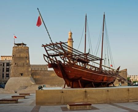 伝統: ドバイ博物館で伝統的なアラビアのダウ