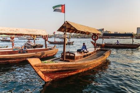 construction navale: DUBAI, �mirats Arabes Unis, le 8 novembre: les ferries traditionnels Abra le 8 Novembre 2013 � Duba�, �mirats Arabes Unis. technologie de construction navale est inchang� du 18�me si�cle.