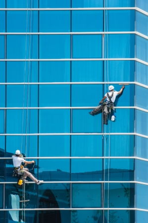werknemers het wassen van ramen van de moderne wolkenkrabber gebouw Stockfoto