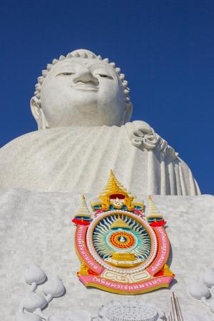 marmorate: Phuket, Thailandia - 2 FEB 2013: La statua in marmo di Big Buddha Editoriali