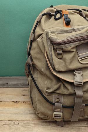 Travel Backpack: vieja mochila de viaje en el suelo Foto de archivo