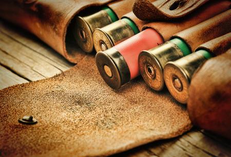Oude jacht cartridges en bandelier op een houten tafel