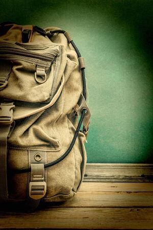 mochila de viaje: vieja mochila de viaje en el suelo Foto de archivo