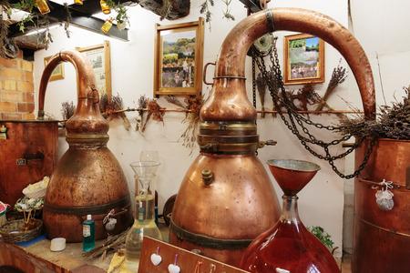copper: Gourdon, Francia - 31 de octubre 2014: laboratorio perfume antigua en el pueblo. Editorial