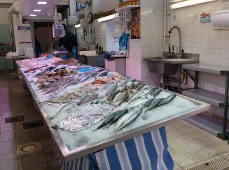fish store: Niza, Francia - 30 de octubre 2014: tienda Fish Seafood