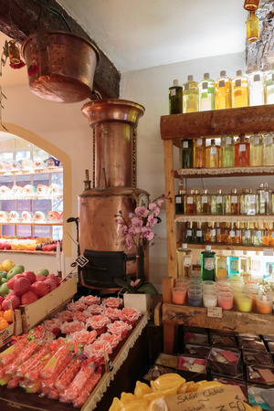 GOURDON, FRANCE - OCTOBER 31, 2014: Ancient perfume laboratory in the village Gourdon, France 新聞圖片