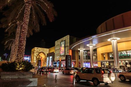 plaza comercial: DUBAI, UAE - NOVIEMBRE 9, 2013: Entrada al centro comercial de Dubai en la noche