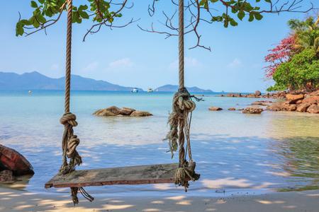 bungee jumping: Puenting en la playa de una isla tropical
